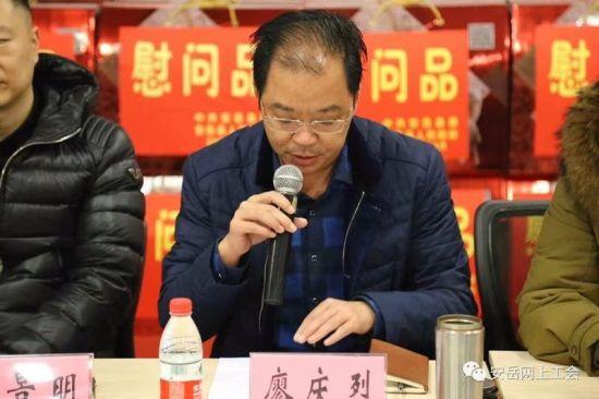 安岳县人社局党组成员、劳务开发办主任廖庆烈向农民工朋友介绍了安岳县关爱服务农民工的举措。 主办方供图