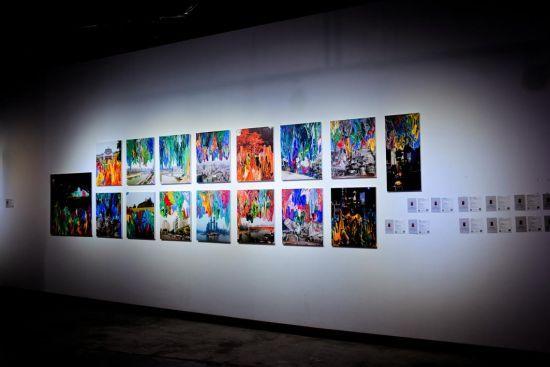 """图为展览现场安东尼奥""""重庆印象""""系列作品。 主办方供图"""