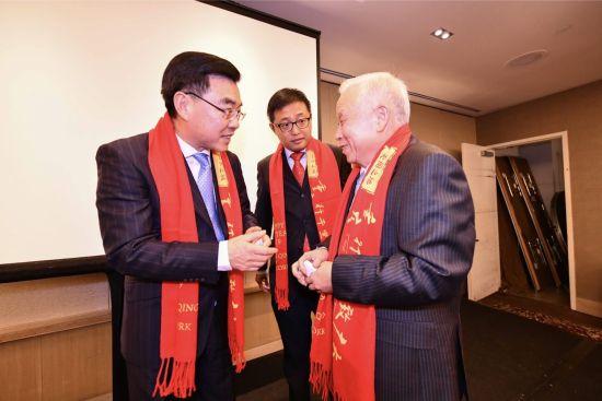 张兴礼先生与中国驻纽约总领馆黄屏亲切交谈,中为钱进副总领事