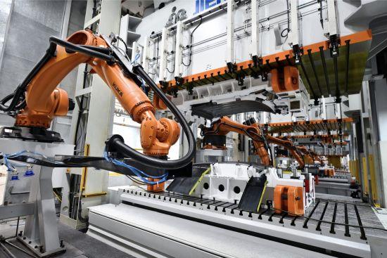 小康集团重庆智能工厂冲压车间机器人 小康集团供图