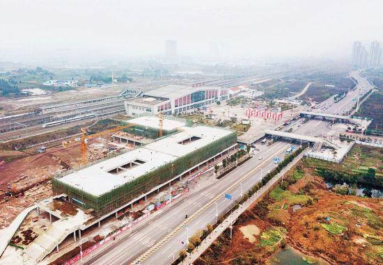 1月8日,一辆高铁列车从施工中的长寿火车北站综合交通枢纽旁驶过。长寿火车北站综合交通枢纽及商业配套项目于2018年6月开工建设,目前主体工程基本完工,预计2019年9月前竣工投用。该项目按交通部一级客运站标准建设,配置一个一级长途客运站、一个公交首末站及配套设施。   记者 谢智强 实习生 林豪 摄
