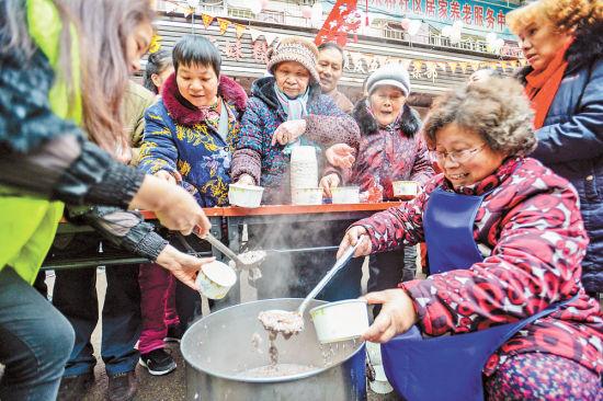 一月十一日,渝中区南纪门街道十八梯社区小巷,十八梯的老街坊齐聚一堂品尝腊八粥。记者 郑宇 摄