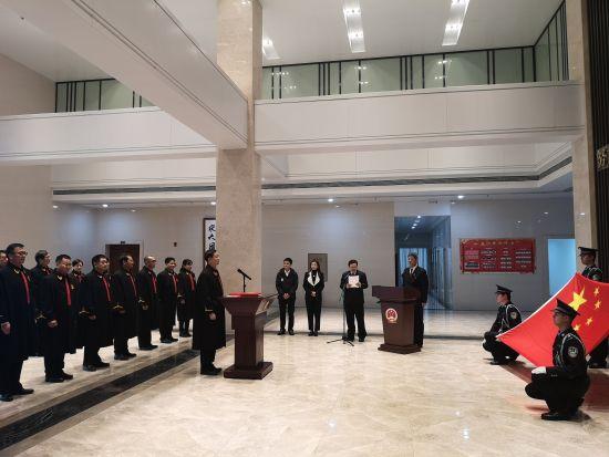 图为宣誓现场。摄影 刘贤