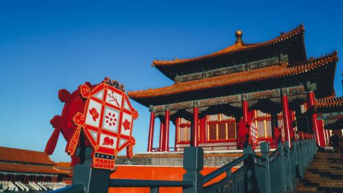 """图为""""贺岁迎祥——紫禁城里过大年""""展览将两百年前清宫过大年的老物件、老风俗尽可能完整的再现,让中国传统节日更加生动地深入到百姓生活,为大家呈现一场有年味的文化盛宴。阿里巴巴供图"""