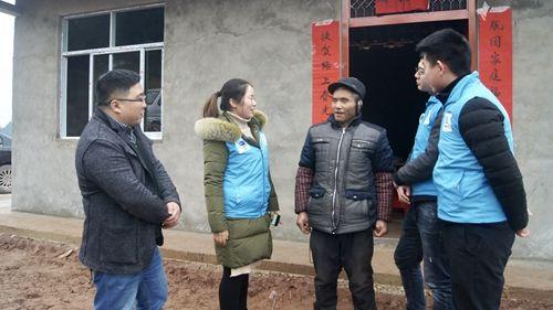 图为志愿者走访慰问贫困户。蒋丹丹摄