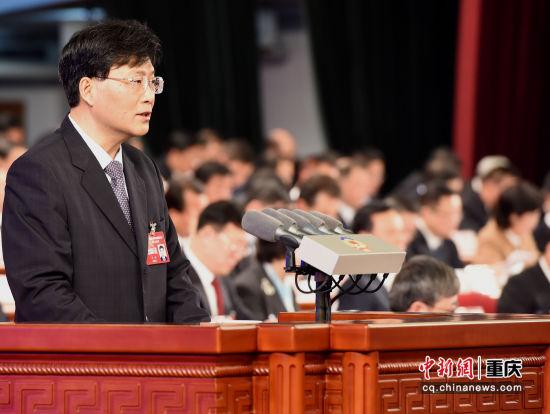 图为重庆市政协五届二次会议开幕,重庆市政协主席王炯向大会作报告。