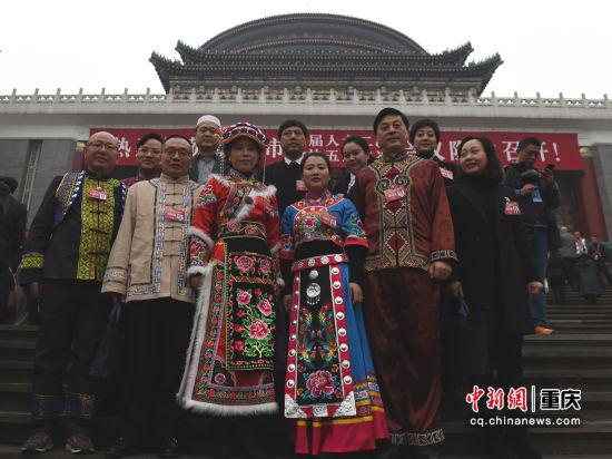 图为少数民族政协委员在开幕式之前合影留念。