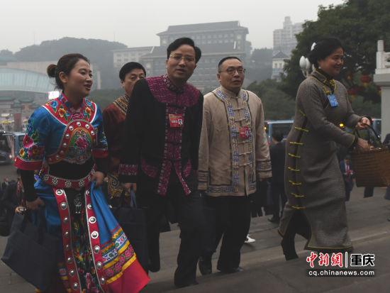 图为少数民族政协委员步入会场。
