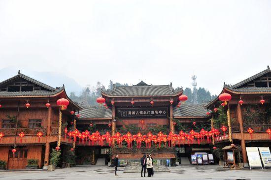 图为龚滩古镇街道上的红灯笼和中国结。邱洪斌摄