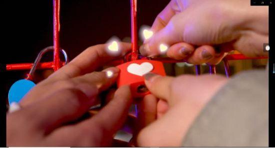 图为重庆一天台的爱情连廊2月4日开放,邀情侣挂同心锁,锁住地老天荒。主办方供图