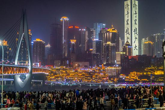 二月七日晚上,外地游客聚集在北滨一路,欣赏重庆夜景。特约摄影 龙帆