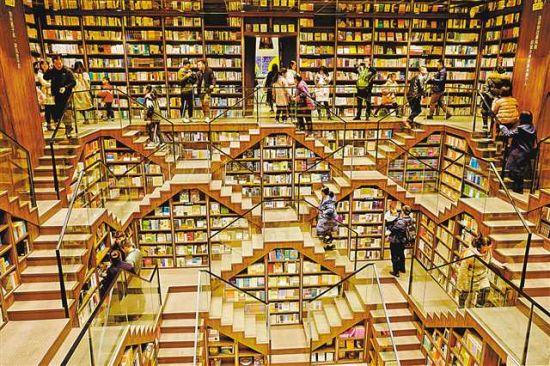 """2月8日,在钟书阁书店内,书友们一边体验""""魔幻""""书店的设计,一边选购心仪的图书。新华社记者 刘潺 摄"""