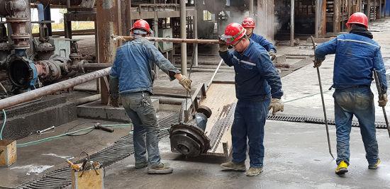 """二月十四日,水江氧化铝有限公司新招来的工人们正在""""80项目""""厂区检修设备。记者 颜安 摄"""