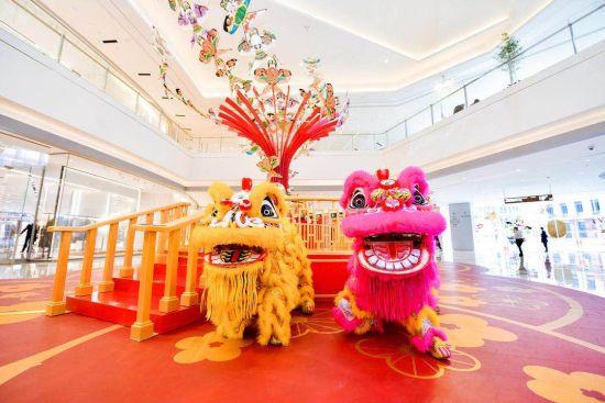"""2月19日元宵节,重庆IFS国金中心邀请香港姜氏醒狮团,为重庆市民带来纯正传统的""""开工舞狮庆典""""。图为香港姜氏醒狮团的醒狮。主办方供图"""