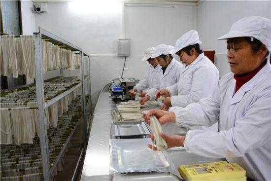 """梁平:建厂发展产业 为贫困村集体经济""""输血"""""""