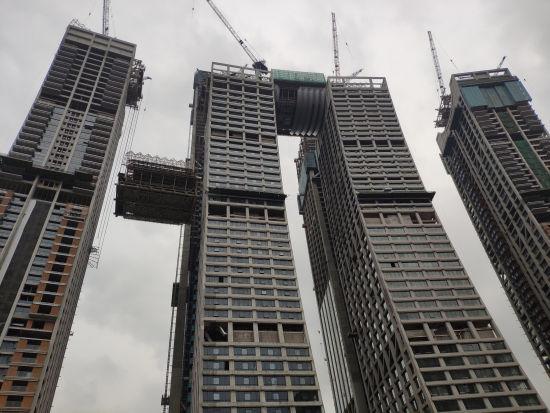 """資料圖為重慶來福士""""橫向摩天樓""""正在吊裝 受訪者供圖"""