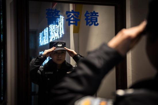 图为杨阳整理警容 警方供图
