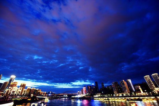 入夜的长江两岸