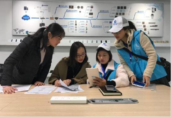 图为普查员在重庆迪洋仪表有限公司进行登记 肖江川 摄