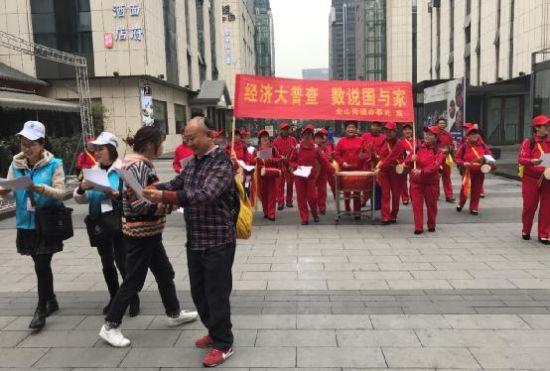 图为普查员和腰鼓队进行经济普查宣传 肖江川 摄