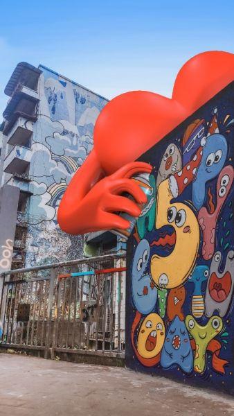 在黄桷坪£¬红心化为艺术家£¬为建筑喷上绚烂的色彩¡£