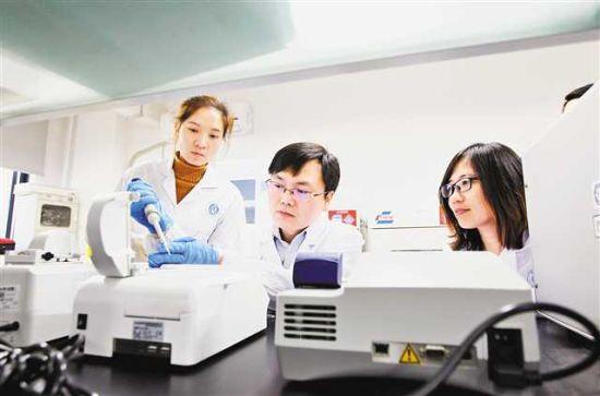 三月十五日£¬西南大学¡°重庆市油菜工程技术研究中心¡±£¬卢坤研究员(左二)等科研成员进行试验¡£记者 卢越 摄