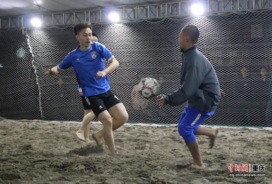 图为沙滩足球挑战赛 肖江川 摄
