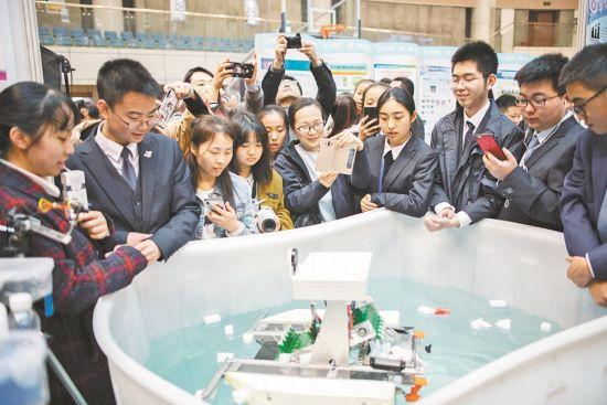 三月三十日,重庆第十一中学校,第三十四届重庆市青少年科技创新大赛公开展示现场,自主式水面清漂机器人吸引了不少人关注。首席记者 谢智强 摄