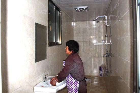 图为 双山镇建新村农家改造一新的样板厕所
