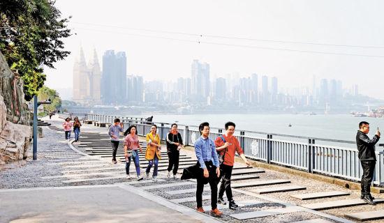 南滨路滨江步道龙门浩段景色吸引了众多游客。特约摄影 钟志兵
