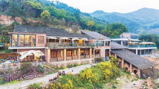 在远山·有窑,保存完好的龙窑和依山就势的建筑融为一体。记者 齐岚森 摄