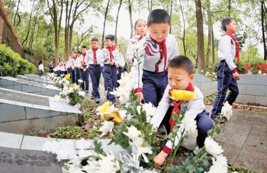 4月4日,彭水第四小学学生在彭水东门坡烈士陵园向英烈献花。通讯员 赵勇 摄