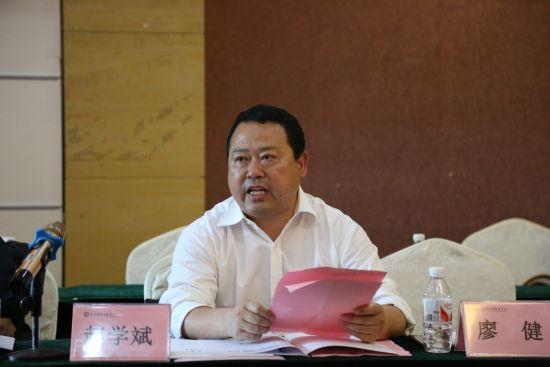 图为 彭水职业教育中心校长赵学斌作为理事长代表发言