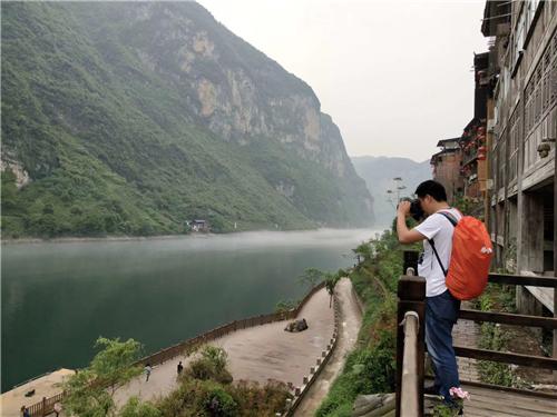 旅游达人正在拍摄龚滩古镇中 景区供图