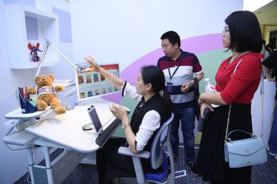 图为工作人员正在为嘉宾介绍产品。陈超 摄