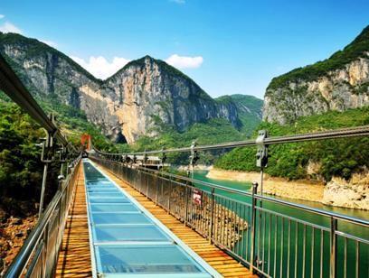 图为 穿越恩施蝴蝶岩跨江玻璃桥。野三峡景区供图