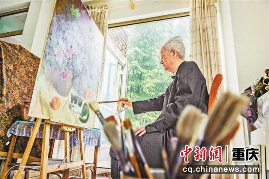 刘国枢依旧坚持每日作画和看书看报学习。特约摄影 龙帆