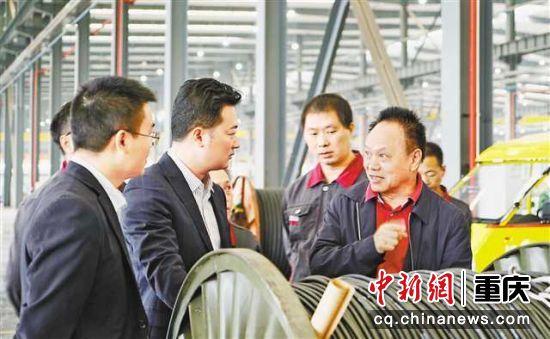 蹇锡高院士(右一)在了解线缆性能。(渝丰公司供图)