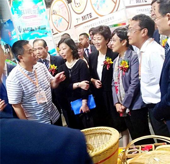 1文化旅游委主任艾彬与游客面对面交流推进秀山旅游 摄影 姚华胜