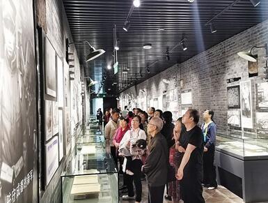 游客参观重庆建川博物馆。