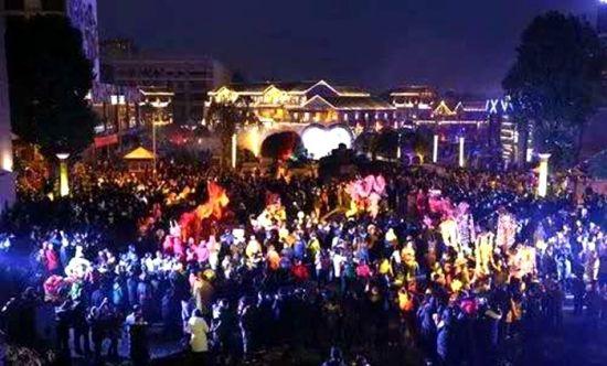9万游客在凤凰山景区拍照观夜景 姚华胜 摄