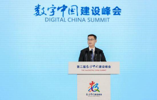 腾讯董事会主席兼首席执行官马化腾在峰会主论坛发表演讲