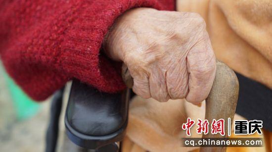 5、轮椅靠的是党的养老政策,拐杖支撑的是社会的福利,晚年生活安康是福。