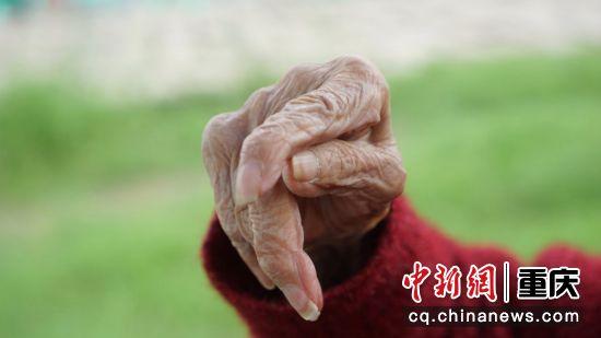 世纪老人,满手皱纹,沧桑岁月,以手为证。