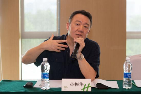 孙振华在艺术季学术委员会第二次会议上与艺术家交流探讨 景区供图
