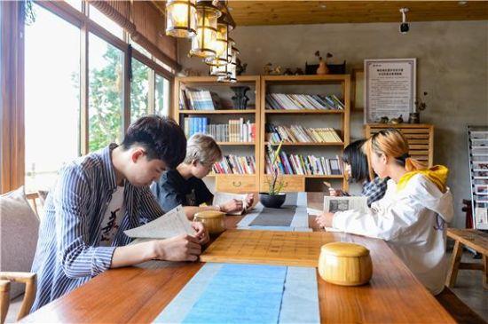 陶家镇清栖谷农家书屋外借点,市民可以在这一边品茶一边阅读书籍。特约通讯员 陈林 摄