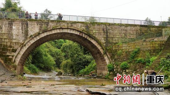 涪陵区发马武镇,碑记桥,重庆市文物保护单位。位于重庆城东125公里处涪陵区马武镇碑记村。该桥始建于宋绍熙五年(1194),迄今已有800年历史,是重庆现存最古老的、最大的一座石拱桥。