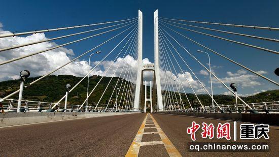 涪陵石板沟长江大桥2005年1月开工建设,全长975.0米,桥面为双向四车道及两侧人行道宽度为1.75米,主桥全宽22.0米。2009年9月25日通车运行。