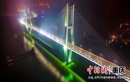6、涪陵李渡长江大桥于2004年2月18日开工建设,是对称双塔双索面混凝土梁斜拉桥,是涪陵城区快速通道的关键性控制工程。全长822米,桥面宽22.5米,双向四车道。2007年10月28日建成投用。
