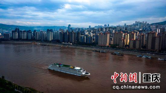 三峡工程后,涪陵长江流域成平湖美景,大小游船畅行其间,旅游收入逐年攀升。